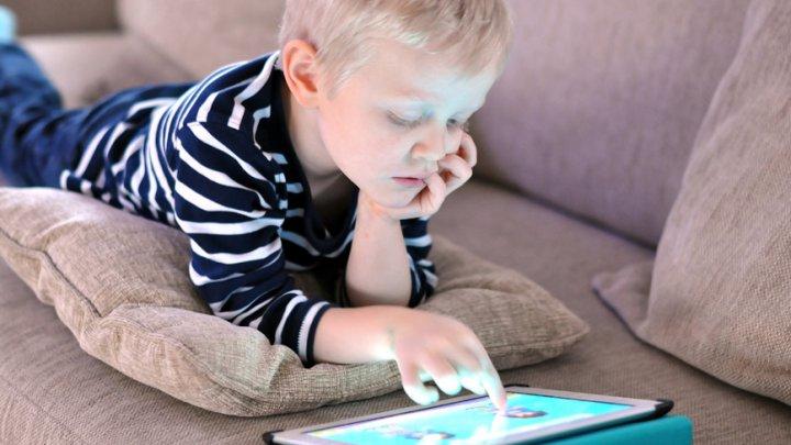 Studiu: Cum afectează ecranele capacităţile cognitive ale copiilor