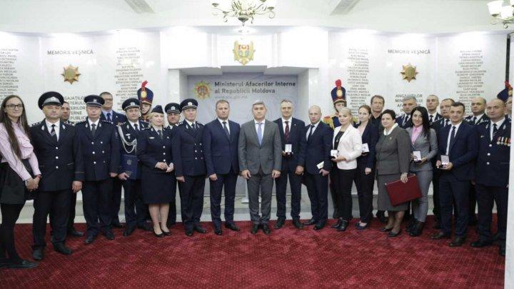 La MAI a avut loc ceremonia festivă de acordare a gradelor speciale pentru mai mulți angajaţi (FOTO)