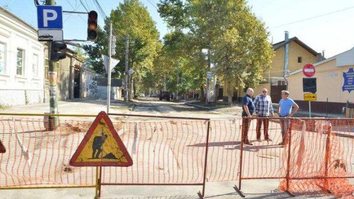 Lucrările de reabilitare a reţelelor edilitare de pe stada 31 august din Capitală au fost finalizate (FOTO)