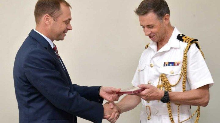 """Ataşat militar britanic, decorat de Ministerul Apărării cu medalia """"Pentru cooperare"""""""