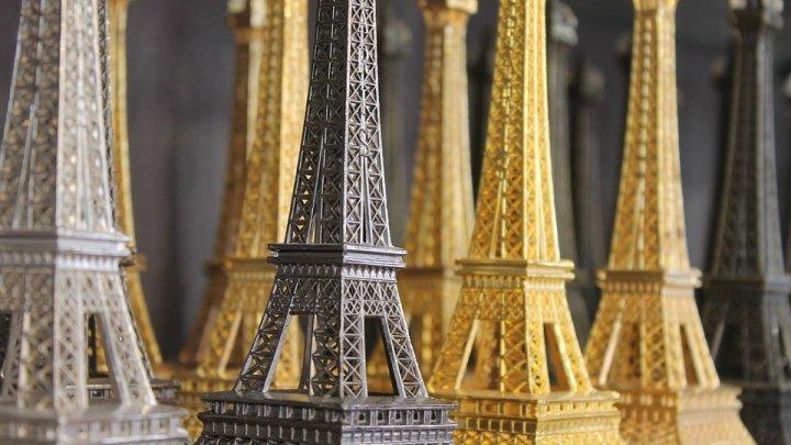 20 de tone de miniaturi ale Turnului Eiffel, confiscate de poliţia franceză. Erau vândute ilegal turiştilor