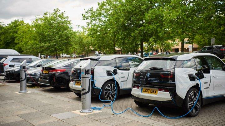 Mașinile electrice și hibride din Marea Britanie ar putea primi plăcuțe de înmatriculare speciale