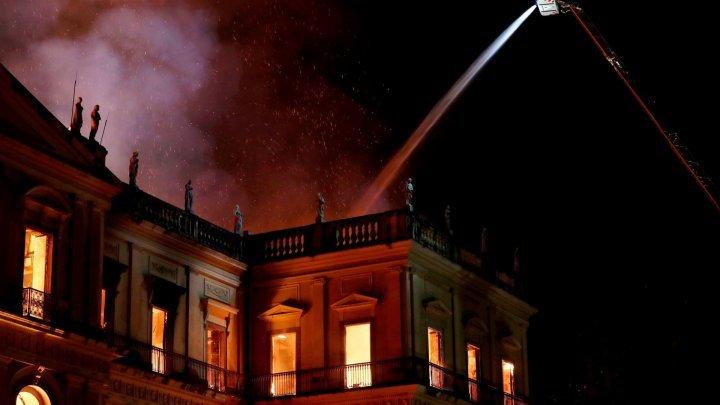 Pompierii continuă căutările printre rămăşiţele fumegânde ale Muzeului Naţional din Rio de Janeiro
