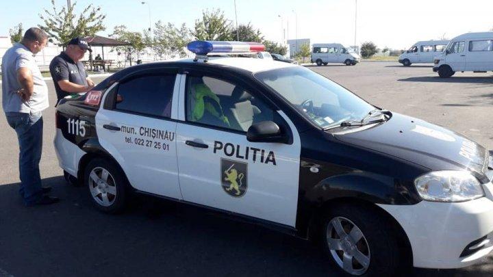 Șoferii microbuzelor de rută și taximetriștii, verificați de către poliție. Ce încălcări au fost depistate
