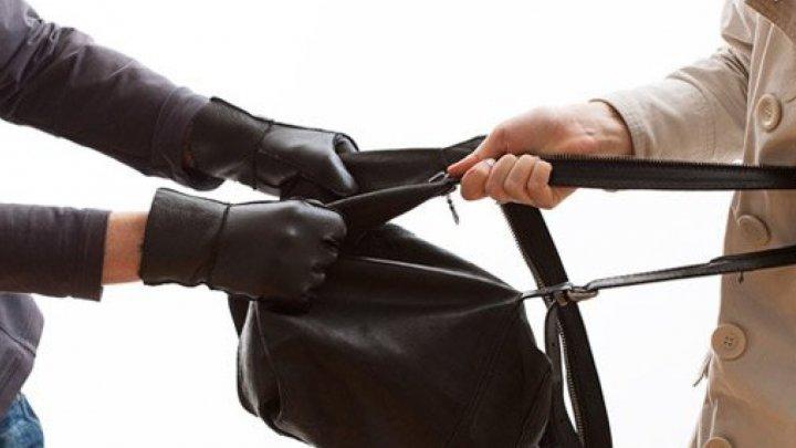 Femeie atacată în stradă de un minor din Şoldăneşti. I-a smuls geanta şi a dat bir cu fugiţii