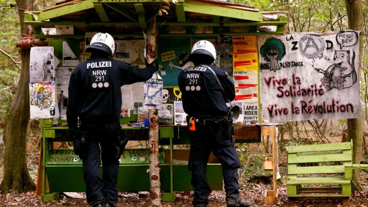 PUBLIKA WORLD: Operaţiune a poliţiei într-o pădure din Germania. Au evacuat zeci de activişti
