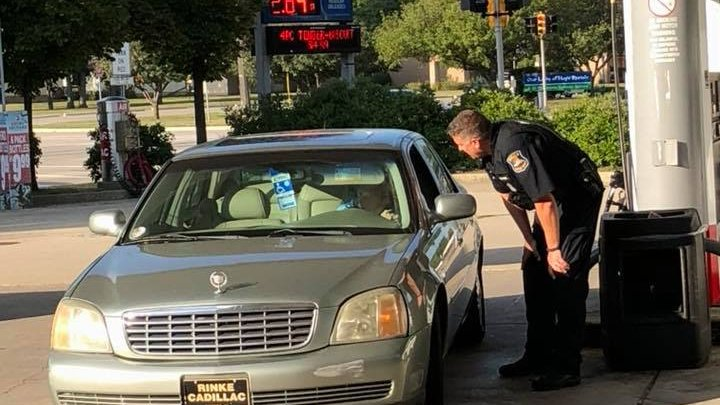GESTUL IMPRESIONANT făcut de un poliţist pentru o bătrânică de 75 de ani