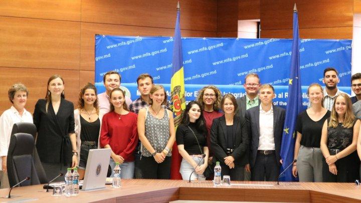 Agenda europeană a ţării, discutată de Daniela Morari şi un grup de tineri, în cadrul unui proiect intercultural