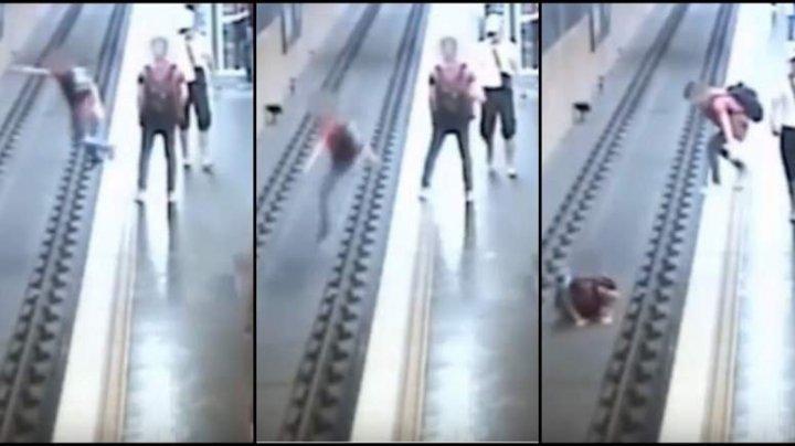 Imagini terifiante. Un bărbat, împins între șinele metroului de un străin, nervos după o ceartă cu iubita (VIDEO)