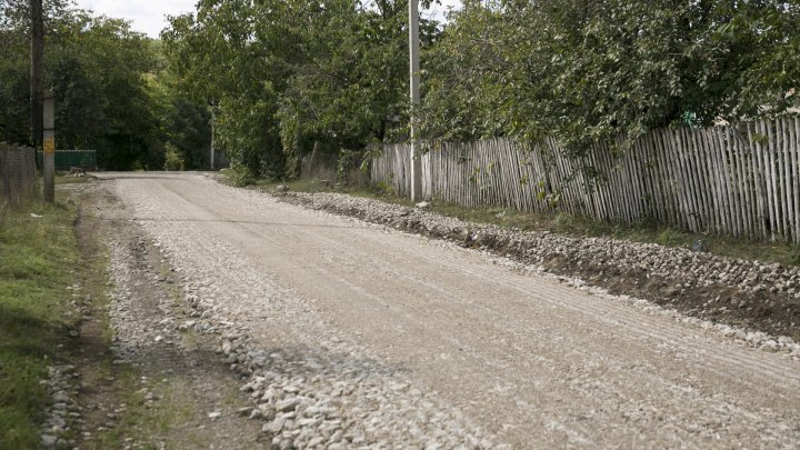 DRUMURI BUNE LA DONDUȘENI. Până în octombrie vor fi daţi în exploatare 27 de kilometri de drum (FOTOREPORT)
