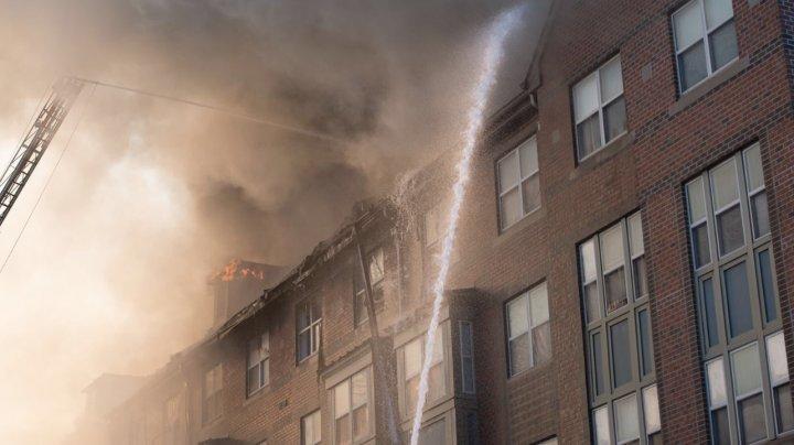 Pompierii verificau o clădire în urma unui incendiu, când au auzit nişte ţipete. Ce au descoperit i-a şocat