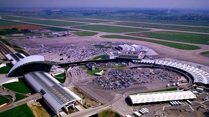 Un bărbat, arestat în Franţa după ce a intrat cu maşina pe pista aeroportului din Lyon