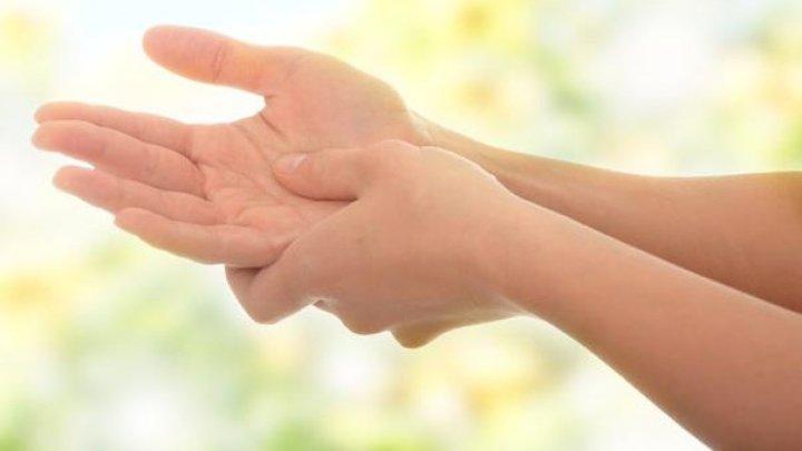 Amorțește mâna? Iată ce pot ascunde amorțelile banale