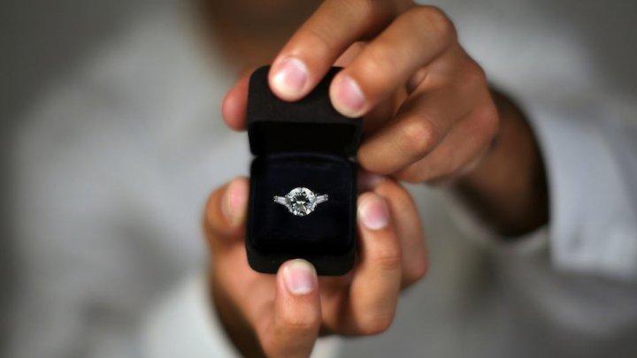 O stewardesă a fost cerută în căsătorie în timpul zborului. Ce a urmat a lăsat-o FĂRĂ CUVINTE (VIDEO)