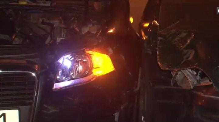 Maşini avariate grav după ce doi şoferi din Capitală n-au putut împărţi o intersecţie (VIDEO)