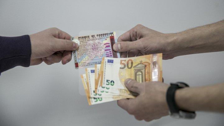 Reţinut de CNA. Câte SUTE DE EURO a primit un bărbat din Bălţi pentru eliberarea unui permis de conducere