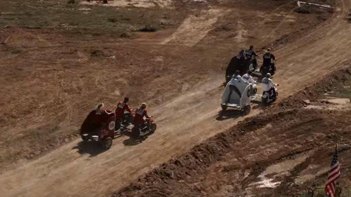 Cursă neobişnuită cu motociclete. Cum s-au distrat un grup de tineri (VIDEO)