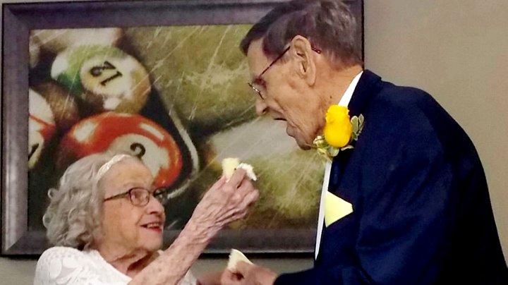 Adevărata dragoste REZISTĂ timpului. După 75 de ani, doi bătrâni şi-au unit destinele în faţa lui Dumnezeu