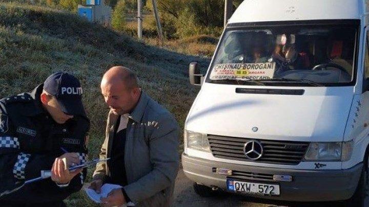 """Poliţiştii au ieşit la """"vânătoare"""" de şoferi, care transportă călători peste numărul de locuri în microbuze"""