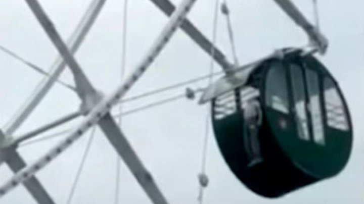 SCENE CUMPLITE într-un parc: Un copil de cinci ani, cu capul prins într-o roată de distracții la 140 de metri înălțime