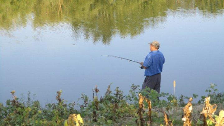 Zece braconieri, prinşi pescuind în râul Nistru. Inspectorii au aplicat amenzi de 3.000 de lei