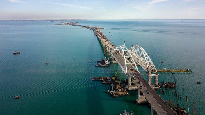 Două nave ucrainene au traversat strâmtoarea Kerci, trecând pe sub Podul Crimeei zonă controlată de Rusia