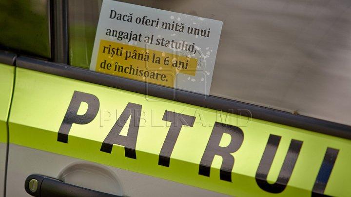 Un şofer prins beat la volan a încercat SĂ MITUIASCĂ poliţiştii pentru a scăpa de pedeapsă
