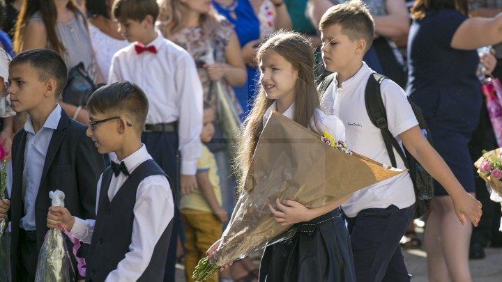 Început de an şcolar cu flori şi zâmbete! Copiii care au păşit pentru prima dată pragul şcolii au avut EMOŢII DE NEDESCRIS (FOTOREPORT)