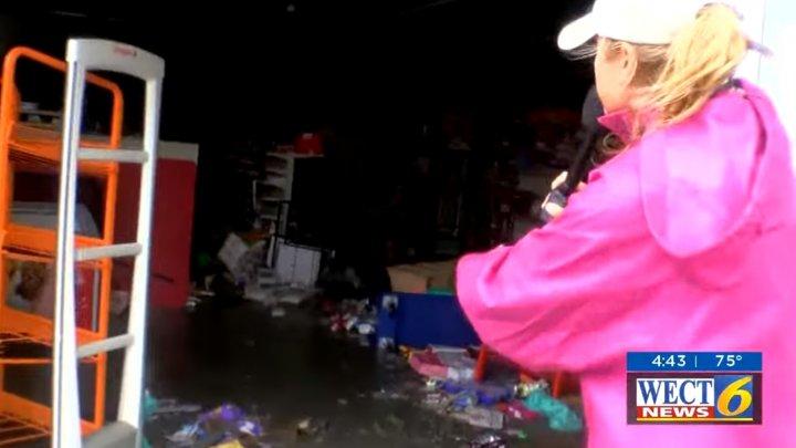 Momentul în care un reporter american surprinde oamenii la furat după Uraganul Florence. Reacția acestora (VIDEO)