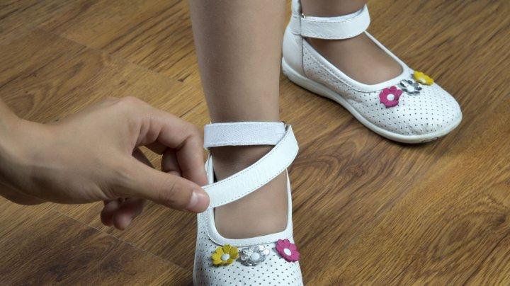 Lecţie pentru mame: O fetiță, în stare gravă după ce a probat pantofi fără să poarte șosete