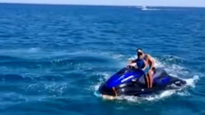 MOMENTUL în care un ski-jet a explodat lângă o plajă. Tatăl și fiul său au fost aruncați în aer (VIDEO)