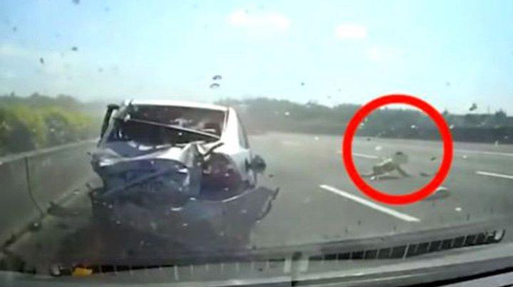 Momentul în care un copil este aruncat dintr-o mașină care se rostogolește pe o autostradă (IMAGINI ŞOCANTE)