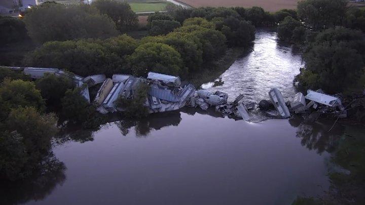 Un tren marfar a căzut într-un râu din Iowa, după ce podul de cale ferată pe care trecea s-a prăbușit