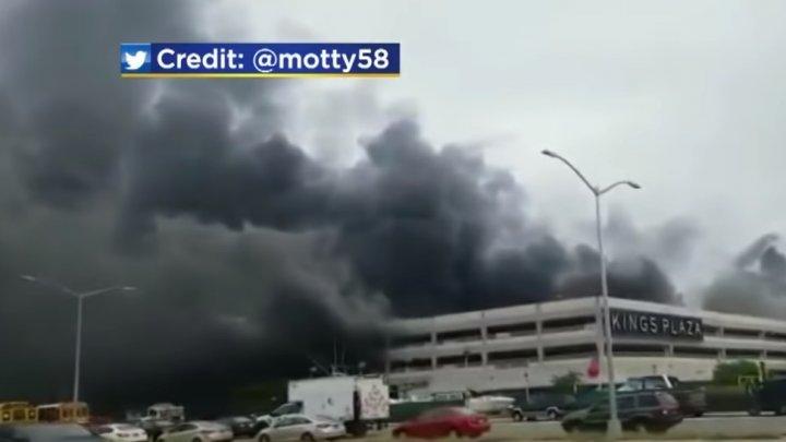 INCENDIU URIAŞ într-un mall din New York. 18 pompieri au fost RĂNIŢI (VIDEO)
