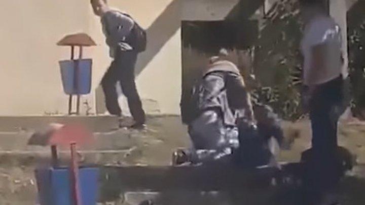 SCENE TERIFIANTE în curtea unui liceu din România. O elevă de clasa a noua, BĂTUTĂ cu BESTIALITATE de o colegă (VIDEO)