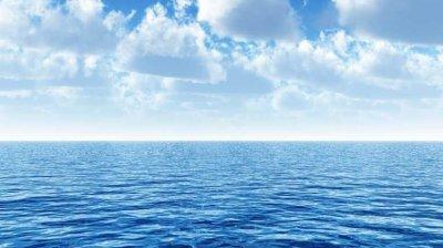 Un marinar căzut peste bordul unei nave de aprovizionare a fost salvat după ce a petrecut 14 ore în apele oceanului Pacific