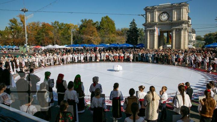 Chişinăul a îmbrăcat straie de sărbătoare. Muzică, dans şi bucate tradiționale de Ziua Oraşului (FOTOREPORT)