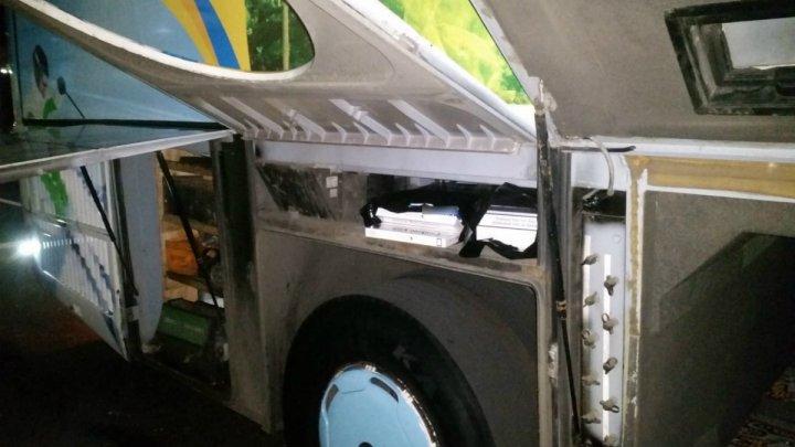 500 de pachete de ţigări şi 18 litri de alcool de contrabandă, descoperite într-un autocar la vama Albiţa