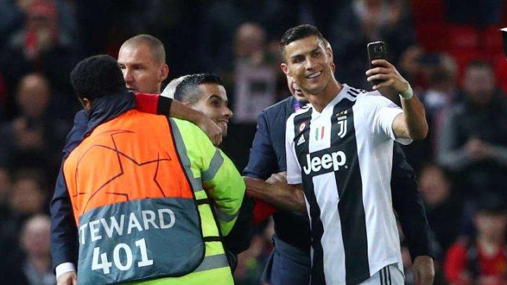 Gestul impresionant făcut de Cristiano Ronaldo pentru fanul intrat pe teren în timpul unui meci