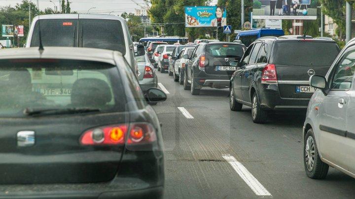Străzile pe care SE CIRCULĂ CU DIFICULTATE în Capitală şi drumurile naţionale unde vor staţiona maşini ale poliţiei dotate cu RADARE