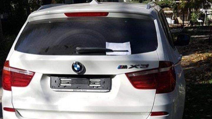 Un şofer s-a trezit fără plăcuţele de înmatriculare şi cu un mesaj pe parbriz: Nu apela la poliţie, suntem de negăsit (FOTO)