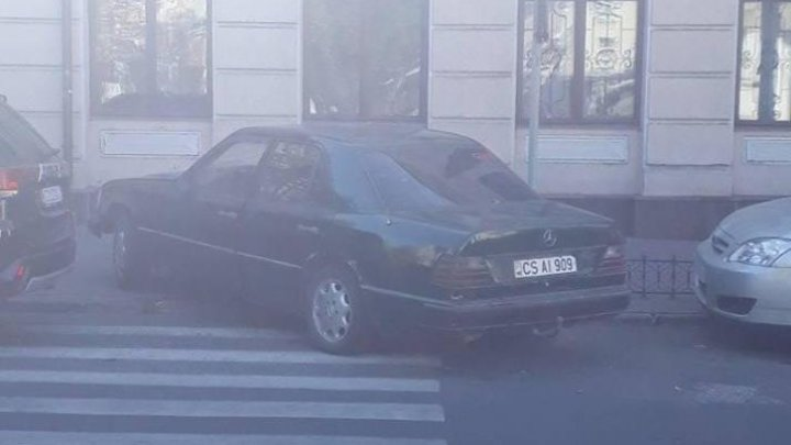 Şofer cu tupeu: Şi-a parcat maşina chiar pe trecerea de pietoni (FOTO)