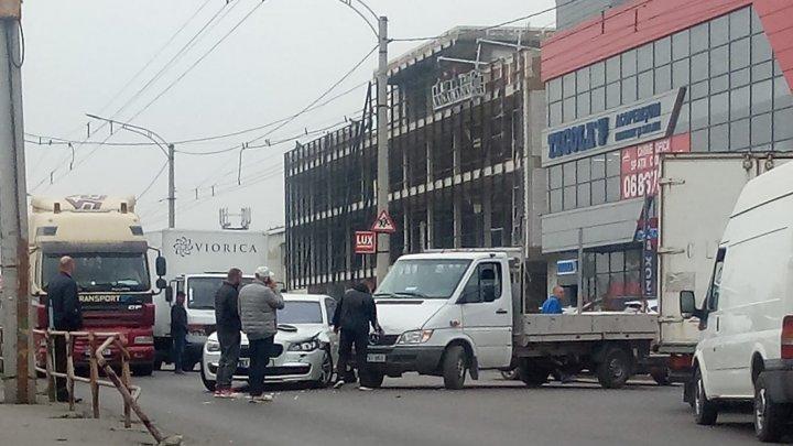 Dimineaţă cu ghinion pentru doi şoferi. Nu au putut împărţi intersecția și s-au ciocnit violent (FOTO)