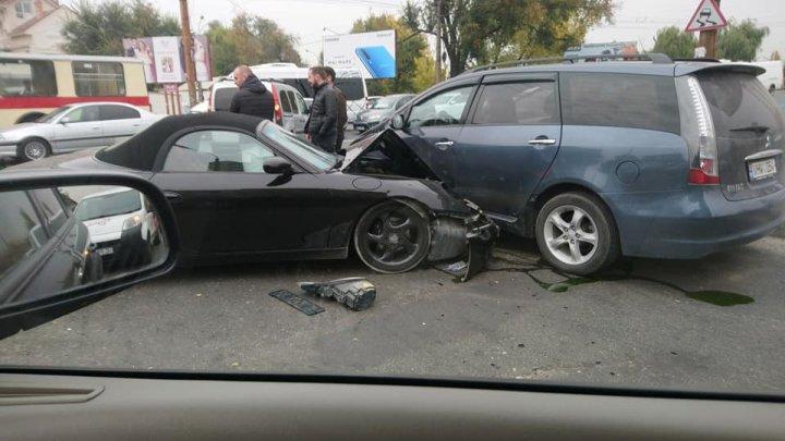ACCIDENT GRAV pe strada Ismail din Capitală. O mașină a fost făcută zob (VIDEO/FOTO)