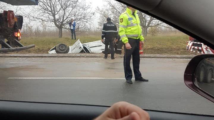 ACCIDENT GRAV la Peresecina: O maşină S-A RĂSTURNAT într-un şanţ. Poliţia şi pompierii, la faţa locului (FOTO)