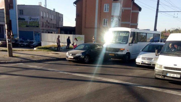 Dimineaţă cu ghinion pentru doi şoferi. Nu au putut împărţi banda pe podul din cartierul Telecentru (FOTO)