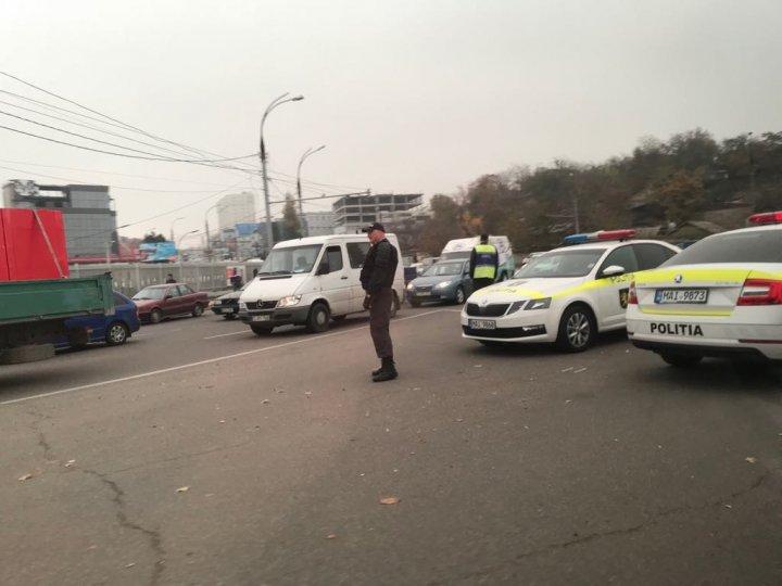 VERIFICĂRI MINUŢIOASE. Poliţia şi ANTA, cu ochii pe taximetriştii din Capitală. Mai mulţi şoferi, AMENDAŢI (VIDEO/FOTO)