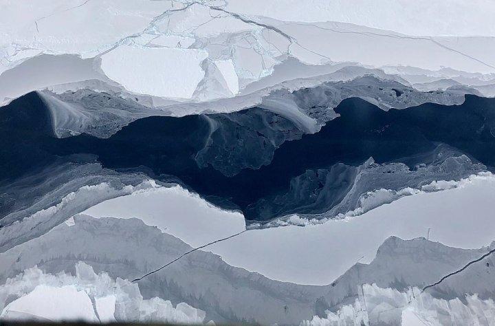 Apariţie bizară în Antarctica. Un iceberg neobișnuit s-a desprins recent din calota glaciară și plutește în derivă (FOTO)