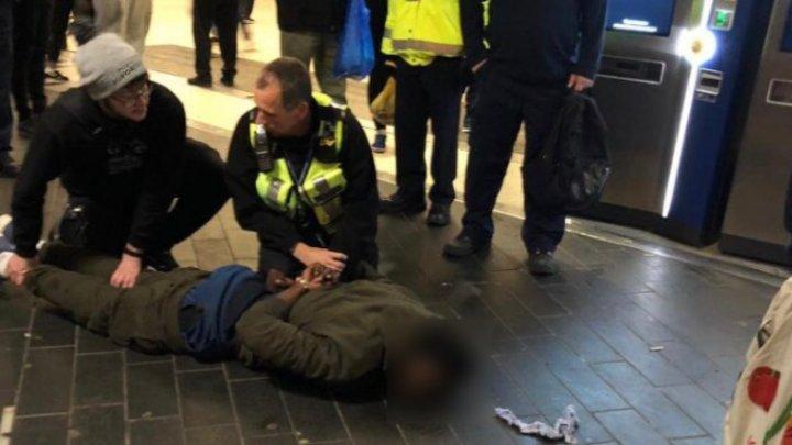 Atac cu ciocanul la stația de metrou Stratford din Londra. Un grup de români a imobilizat atacatorul