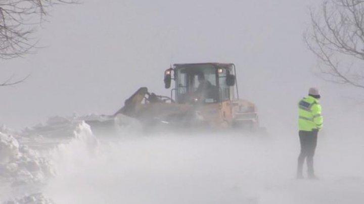 Vreme rea în România. Un autocar cu 46 de copii a fost blocat în zăpadă